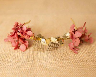 Corona flores y hojas doradas