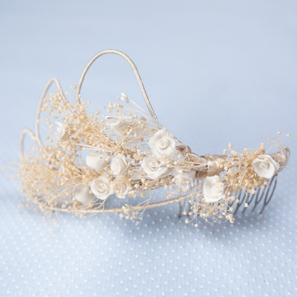 Tocado de novia de flores seca y de porcelana - Sombrerería Matilde Falcinelli