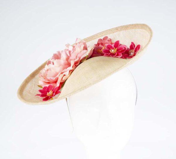 Tocado base beige flores coral - Sombrerería Matilde Falcinelli