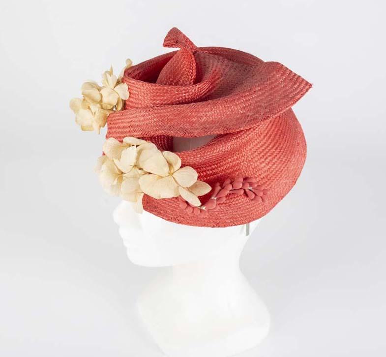 Casquete turbante parasisal rojo y flores preservadas - Sombrerería Matilde Falcinelli