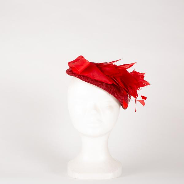 Tocado pillbox rojo con pluma - Sombrerería Matilde Falcinelli