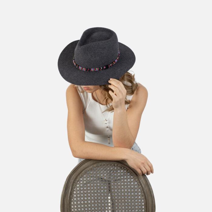 Sombrero fedora gris cinta etnica